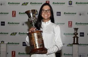Lauren Grinberg com trofeu 800