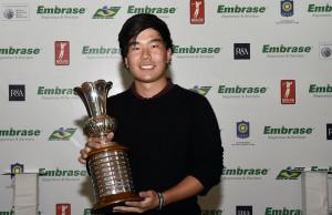 Pedro Nagayama com trofeu 800