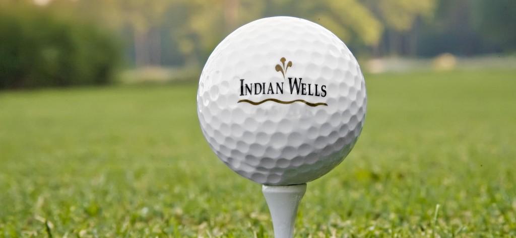 Bola no tee com logo IW