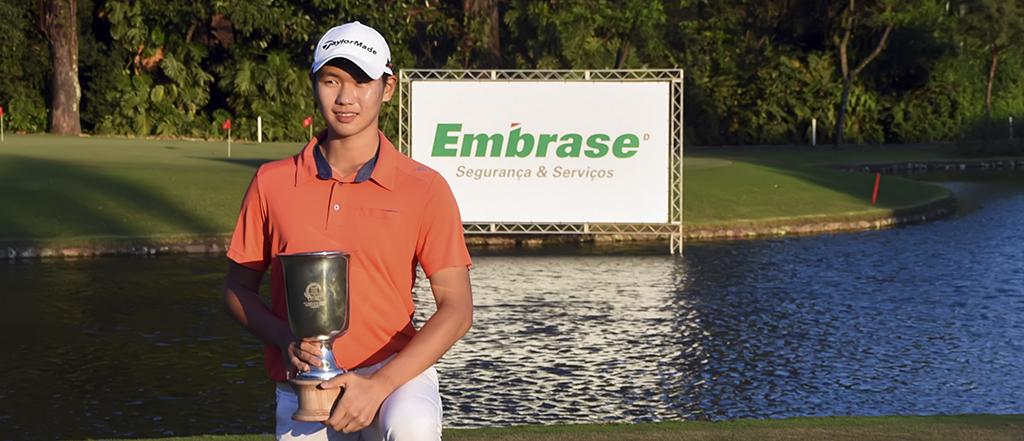 Jinbo Ha com trofeu no green 1024