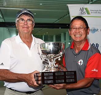 Claudio Kryla entrega o trofeu de campeao para Ricardo Uguchi, da AESJ 328