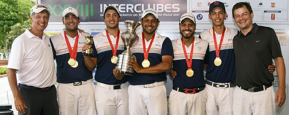 Equipe do Damha GC recebe o trofeu de Roberto Gomez, da CBG, e Rodrigo Leme, capitao do CCSP 1010