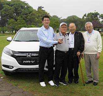 Otavio Mizikami, da Honda entrega as chaves do carro ao lado de Muneki Tikasawa e Roberto Yoshihiro Nishio, presidente e vice do Nikkey 328jpg
