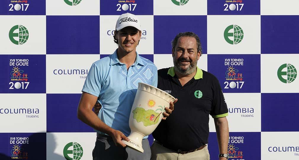 Rodrigo Somlo entrega trofeu de campeao a Rafa Becker 1010