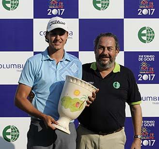 Rodrigo Somlo entrega trofeu de campeao a Rafa Becker 328