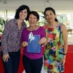 Cecilia Teixeira entrega pacote de hospedagem em Portugal oferecido pela Golf Travel, em companhia da capita Stella Miyagi