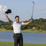 Paulo Vitor comemora birdie do titulo no 18