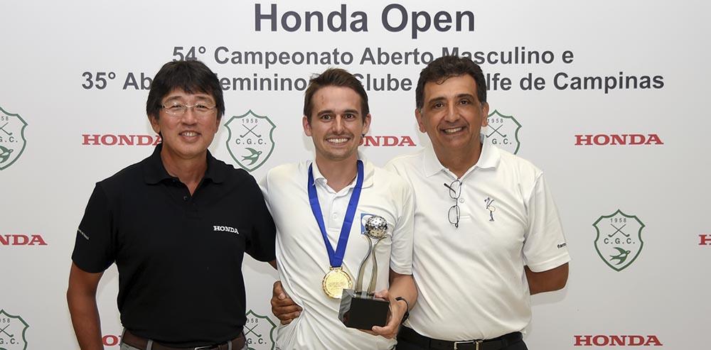 Otavio Mizikami, da Hinda e Antonio Carlos Padula, presidente da FPG, com Pedro Costa Lima, o campeao 1000