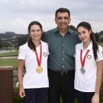 Antonio Carlos Padula com a dupla campea Giovanna e Maria Bethania Fernandez, do Paraguai