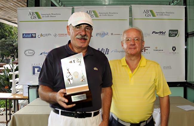 Jose Roberto Almeida e Silva entrega trofeu de campeao scratch a Gilberto Aguitoni 650