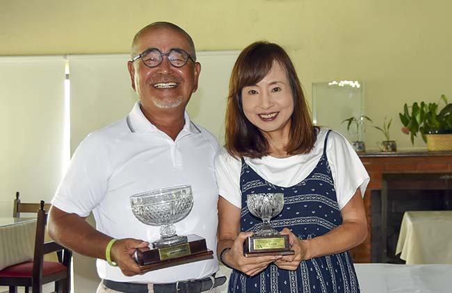 Hideaki e Yoko Iijima com seus trofeus 650