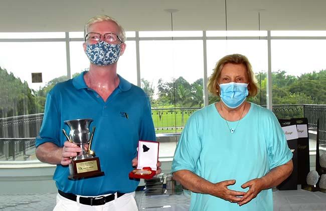 Doug (esq.) recebe o prêmios de Vera Rossi, esposa do homenageado