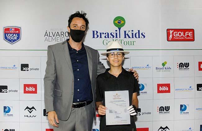Thiago Monteiro de Souza, Relações Públicas da AMResorts, premia o campeão Henrique Vendrame. Foto: Zeca Resendes