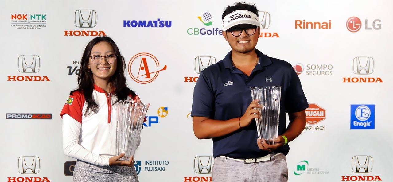 Marina e Lucas com seus troféus: pontuando para o ranking mundial. Fotos: Thais Pastor/F2 Assessoria